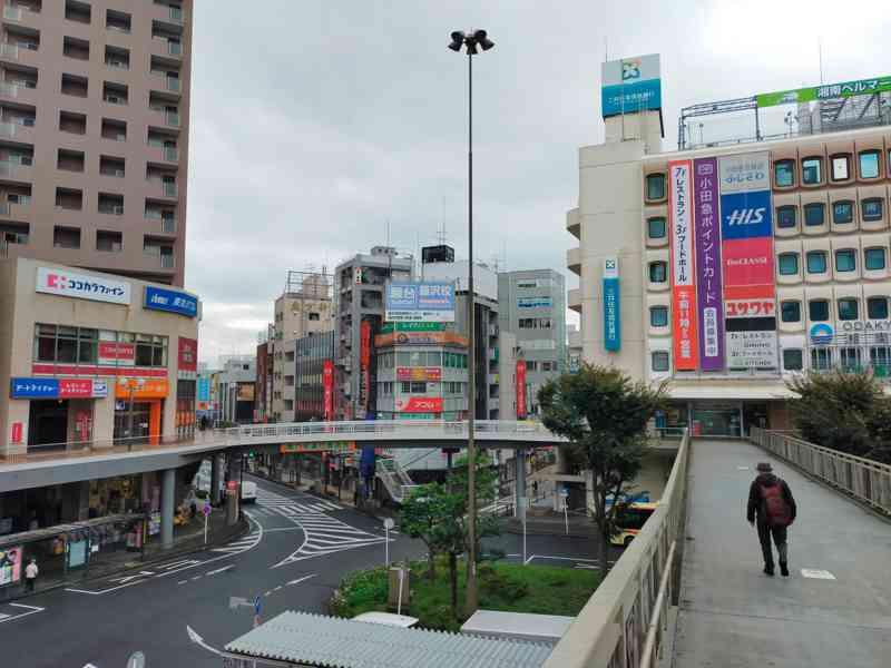 JR東海道線・小田急線ともに南口(改札を出て右側)方面へ出ます。
